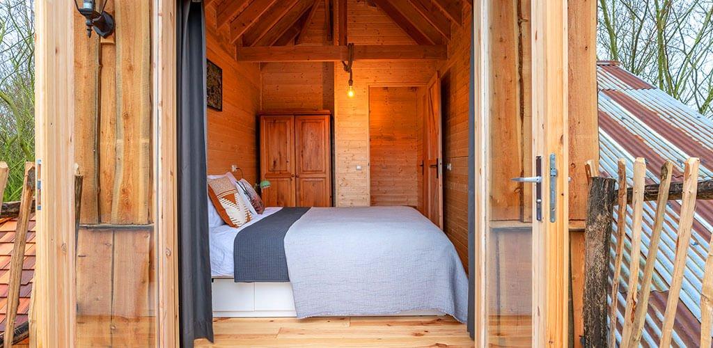 slaapkamer voor 2 personen bovenin de boomhut